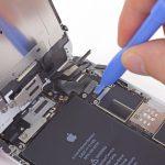 کانکتور ال سی دی یا صفحه نمایش آیفون 6 پلاس را هم با پنس از روی برد جدا کنید.