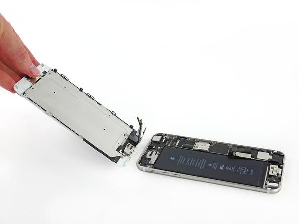 صفحه نمایش آیفون 6 پلاس را از درب پشت آن جدا کنید.