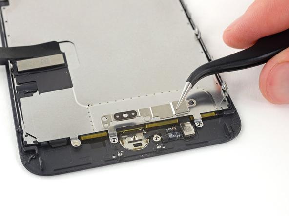 براکت تاچ آیدی یا همان دکمه هوم آیفون 7 پلاس تعمیری را با استفاده از پنس بردارید.