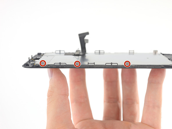 سه پیچ 1.1 میلیمتری نگهدارنده پلیت LCD آیفون 7 پلاس تعمیری را با پیچ گوشتی Y000 از لبه سمت راست آن باز کنید.