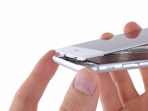 بعد از تعویض صفحه نمایش آیفون 6 پلاس و زمانی که قصد دارید صفحه نمایش جدید آیفون را روی درب پشت آن گفت کنید، حتما به زائده های لبه فوقانی نمایشگر دقت نمایید. ابتدا باید این زائدهها را در داخلی شیارهای لبه فوقانی درب پشت آیفون قرار داده و سپس صفحه نمایش را روی آن چفت کنید.
