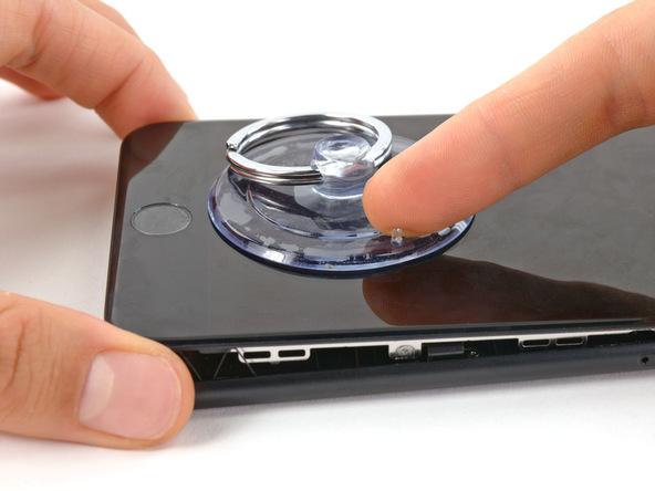 ساکشن کاپ را از روی صفحه نمایش آیفون 7 پلاس تعمیری بردارید.