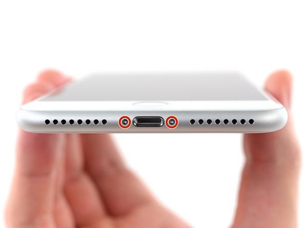 دو پیچ 3.5 میلیمتری که در لبه زیرین قاب گوشی نصب هستند را باز کنید.