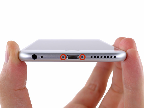 دو پیچ 3.6 میلیمتری لبه زیرین قاب گوشی را با پیچ گوشتی P2 باز کنید.