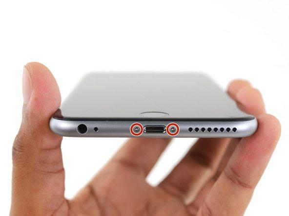 دو پیچ 3.4 میلیمتری لبه زیرین گوشی را با پیچ گوشتی P2 باز کنید.