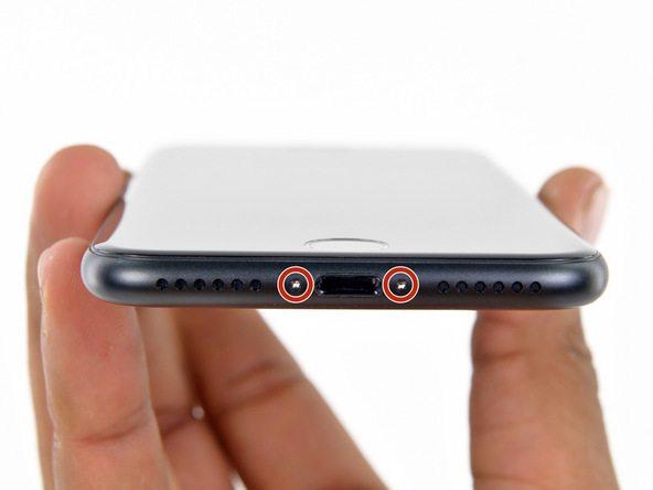 دو پیچ 3.4 میلیمتری لبه زیرین گوشی را با استفاده از پیچ گوشتی مخصوص P2 باز کنید.