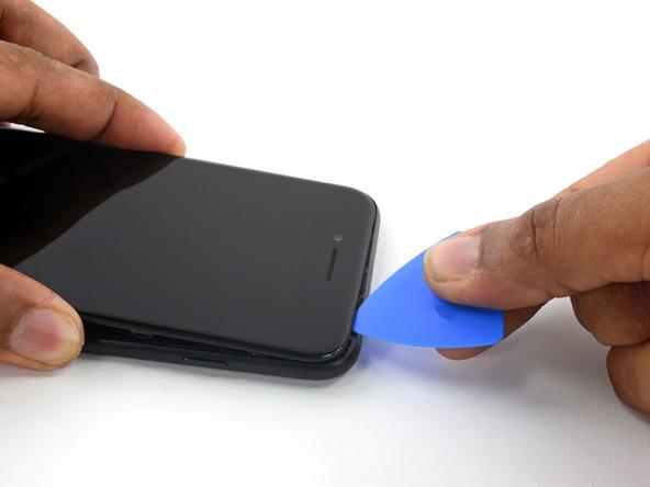 با استفاده از پیک و فرو کردن آن در لبه فوقانی آیفون 7 سعی کنید لاستیک آب بندی این بخش از دستگاه را هم مثل حالات پیشین از بین ببرید.