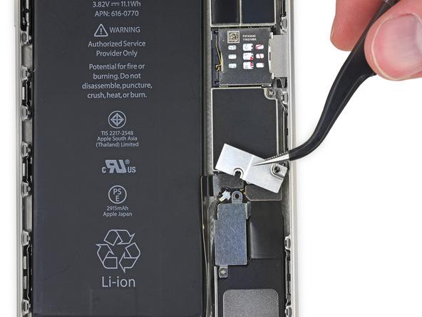 براکت کانکتور باتری آیفون 6 پلاس تعمیری را از درب پشت گوشی جدا کنید.