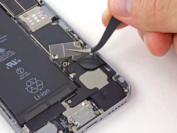 براکت باتری آیفون 6 تعمیری را از درب پشت گوشی جدا کنید.