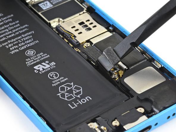 لبه پهن اسپاتول یا قاب باز کن را در گوشه سمت راست کانکتور باتری آیفون 5C تعمیری قرار داده و آن را به سمت بالا هول دهید تا از روی برد گوشی جدا شود.