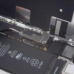 براکت کانکتورهای ال سی دی آیفون 8 تعمیری را با پنس از روی بدنه گوشی جدا نمایید.