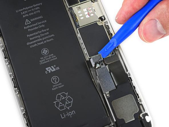 کانکتور باتری آیفون 6 پلاس را با استفاده از قاب باز کن از روی برد گوشی جدا نمایید.