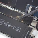 کانکتور باتری آیفون 8 تعمیری را با نوک اسپاتول از روی برد گوشی باز کنید.