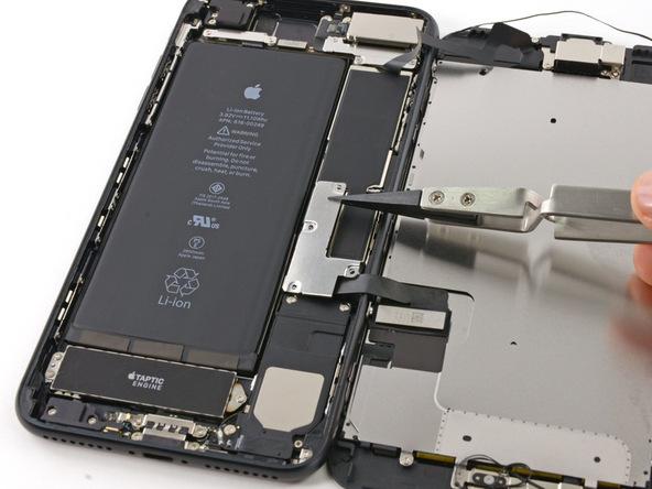 براکت کانکتور های باتری و نمایشگر آیفون 7 پلاس را از روی پنل پشت گوشی بردارید.