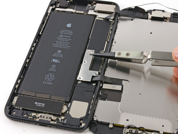 براکت کانکتور های باتری و نمایشگر آیفون 7 پلاس را از روی پنل پشت دستگاه بردارید.