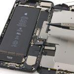 محافظ فلزی یا همان براکت کانکتور های باتری و نمایشگر آیفون 7 پلاس را از روی پنل پشت دستگاه بردارید.
