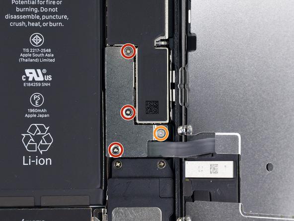 چهار پیچی که در عکس نمایش داده شدهاند را با استفاده از پیچ گوشتی سه سو Y000 باز کنید. سه پیچ 1.2 میلیمتری و یک پیچ 2.4 میلیمتری که به ترتیب با رنگ های قرمز و نارنجی در عکس نمایش داده شدهاند، باید در این مرحله باز شوند.