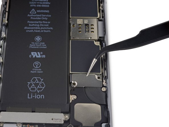براکت کانکتور باتری آیفون 6 اس تعمیری را برداشته و از پنل پشت گوشی جدا کنید.