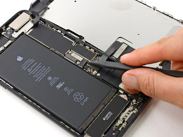 نوک اسپاتول را زیر کانکتور باتری آیفون 7 پلاس تعمیری قرار دهید و نیرویی رو به سمت بالا وارد کنید تا کانکتور باتری مثل عکس های ضمیمه شده از روی برد آیفون جدا شود.