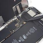 کانکتور LCD آیفون 8 اپل را با اسپاتول از روی برد گوشی جدا کنید.