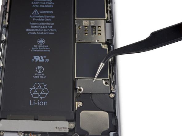 • براکت کانکتور باتری آیفون 6 اس تعمیری را برداشته و از پنل پشت گوشی جدا کنید.