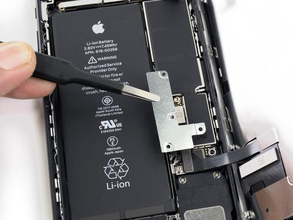 براکت یا محافظ باتری و نمایشگر آیفون 7 تعمیری را بردارید.