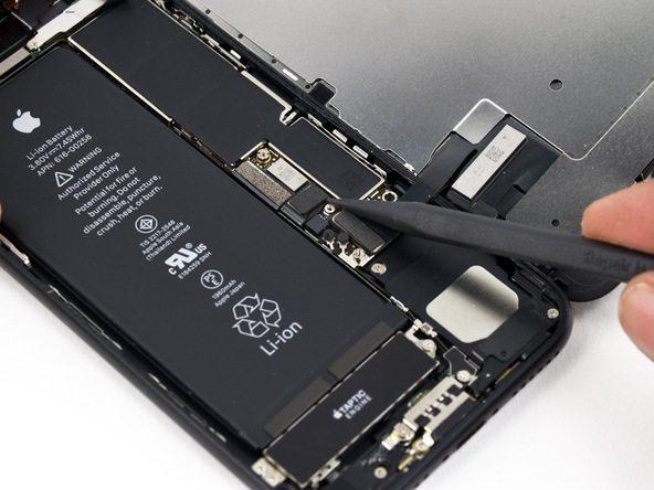 با استفاده از نوک اسپاتول یا پنس، کانکتور باتری را جدا کنید. بدین منظور باید نوک اسپاتول را مثل عکس های ضمیمه شده زیر کانکتور قرار داده و آن را به آرامی به سمت بالا بکشید.