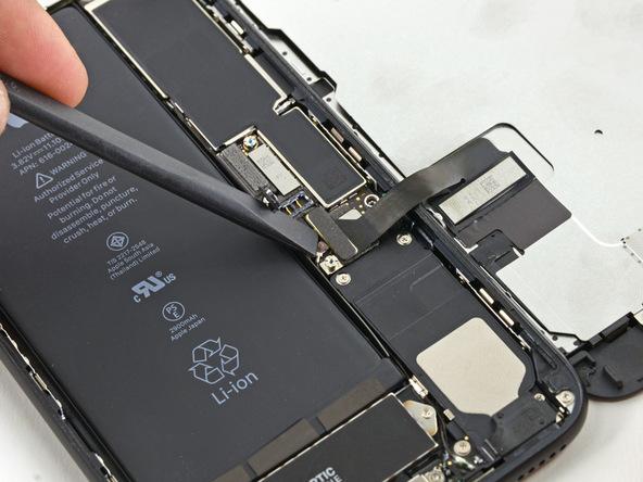 دو کانکتور اتصال دهنده مجموعه تاچ ال سی دی آیفون 7 پلاس به پنل زیر آن را دقیقا مشابه با عکس های ضمیمه شده از روی برد باز کنید. ابتدا کانکتور بزرگ تر و سپس کانکتور کوچک تر را باز کنید و برای انجام ین کار از پنس استفاده نمایید.