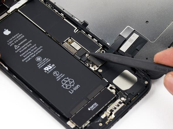 کانکتور باتری آیفون 7 تعمیری را با استفاده از اسپاتول از روی پنل زیرین گوشی جدا کنید.