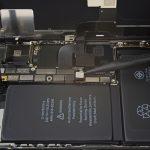 کانکتور باتری آیفون X تعمیری را خیلی آرام با نوک اسپاتول از روی برد آزاد کنید.