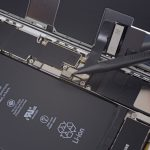 با نوک اسپاتول خیلی آرام کانکتور باتری آیفون 8 پلاس تعمیری را از روی برد گوشی آزاد کنید.