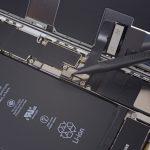 خیلی آرام با نوک اسپاتول کانکتور باتری آیفون 8 پلاس تعمیری را از روی برد گوشی آزاد کنید.