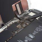 کانکتور دیجیتایزر آیفون 8 تعمیری را با نوک اسپاتول از روی برد آزاد کنید. این کانکتور دقیقا در زیر سیم کانکتور LCD قرار دارد.
