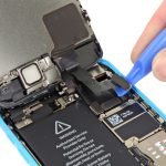 کانکتور دوربین سلفی آیفون 5C تعمیری را با نوک قاب باز کن یا اسپاتول باز کنید.