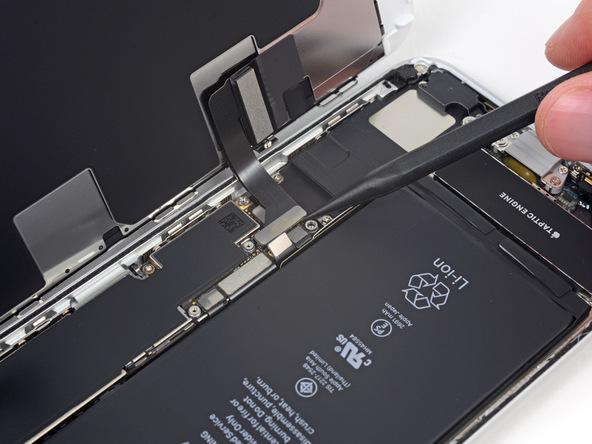 کانکتور صفحه نمایش یا همان ال سی دی آیفون 8 پلاس تعمیری را به آرامی از روی برد گوشی جدا کنید.