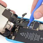 نکته: کانکتور تاچ (دیجیتایزر) آیفون 5C دقیقا زیر سیم کانکتور LCD آن قرار دارد، بنابراین بعد از باز کردن کانکتور LCD به کانکتور تاچ آیفون 5C دسترسی پیدا میکنید. فراموش نکنید که در این مرحله باید هر دو کانکتور نام برده شده را از روی برد آزاد کنید.