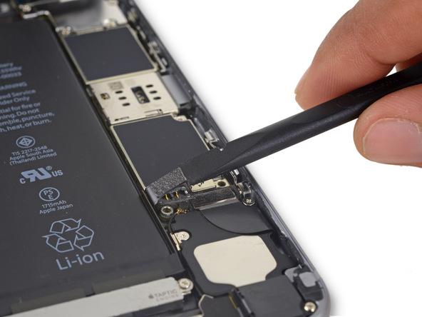 کانکتور باتری آیفون 6 اس تعمیری را با اسپاتول از سوکت روی بردش دور کنید تا از قرار گرفتن ناخواسته کانکتور روی سوکت و انتقال انرژی از باتری به قطعات گوشی در ادامه تعمیر جلوگیری شود.