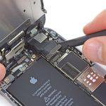 کانکتور دکمه هوم آیفون 6 تعمیری را از گوشه درب پشت گوشی باز کنید.