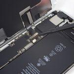 کانکتور صفحه نمایش یا ال سی دی آیفون 8 پلاس تعمیری را به آرامی از روی برد گوشی جدا کنید.