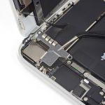 براکت روی کانکتور سنسورهای جلوی آیفون 8 را مثل عکس دوم با پنس از آن جدا نمایید.