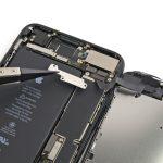 براکت بخش سنسور های جلوی آیفون 7 پلاس را بردارید.