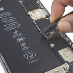 با استفاده از نوک اسپاتول دو کانکتور صفحه نمایش که در عکس ها مشخص است را جدا کنید. این کانکتور ها اتصال دهنده صفحه نمایش به مادربرد آیفون 7 هستند. برای جدا کردن این کانکتور ها با دقت عمل کنید و نیروی چندان زیادی به زیر کانکتور وارد ننمایید.
