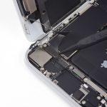 با نوک اسپاتول به آرامی کانکتور سنسورهای جلوی آیفون 8 تعمیری را از روی برد گوشی باز کنید.