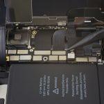 کانکتور صفحه نمایش یا ال سی دی آیفون ایکس (iPhone X) تعمیری را به آرامی با نوک اسپاتول از روی برد گوشی آزاد کنید.