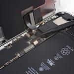 دومین کانکتور ال سی دی آیفون 8 پلاس تعمیری را هم با نوک اسپاتول به شیوهای که در عکس نشان داده شده از روی برد گوشی باز کنید.