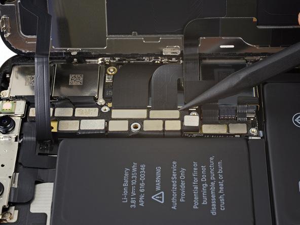 کانکتور ال سی دی آیفون X (ایکس) تعمیری را به آرامی با نوک اسپاتول از روی برد گوشی آزاد کنید.