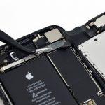 دو پیچ 1.3 میلیمتری که نگهدارنده براکت بخش سنسورهای آیفون 7 تعمیری را باز کنید.
