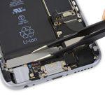 • ویبراتور یا موتور ویبره آیفون تعمیری را با پنس از درب پشت گوشی جدا کنید.