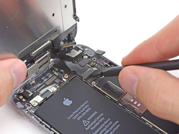 کانکتور صفحه نمایش یا همان ال سی دی آیفون 6 تعمیری را از روی برد گوشی جدا نمایید.