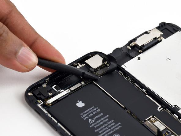 کانکتور بخش سنسور های جلوی آیفون 7 را مثل عکس بالا از روی برد جدا کنید. بدین منظور نوک اسپاتول را زیر کانکتور قرار داده و به آرامی آن را به سمت بالا هول دهید.